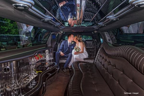 Hochzeitspaar in einer Limousine